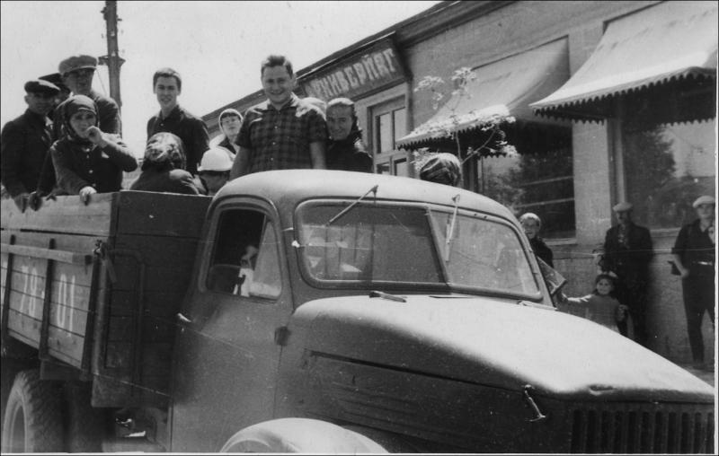А.Е. Кибрик и другие на грузовике