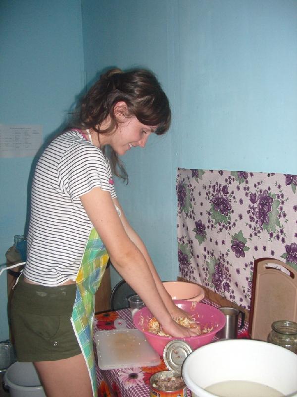 Алтай, с. Кебезень, 2006 г. Е. Гармаш за приготовлением обеда