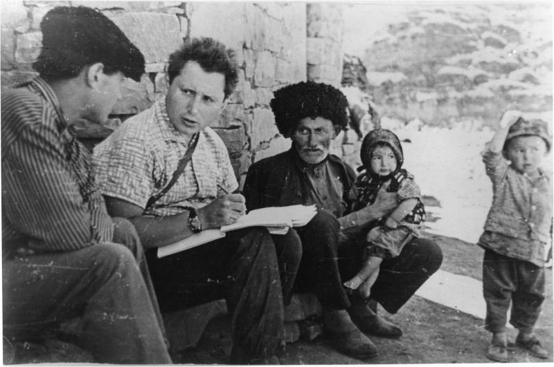 Азербайджан, с. Хиналуг, 1970 г. А.Е. Кибрик и информанты