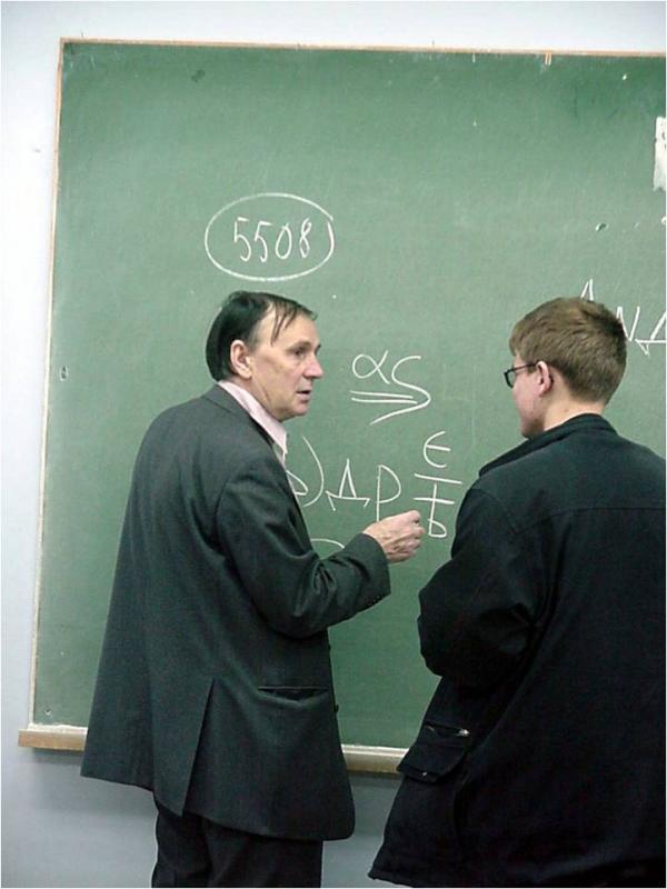А.А. Зализняк и студент А. Китаев